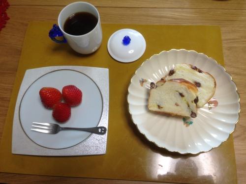 コーヒー、パン、いちご